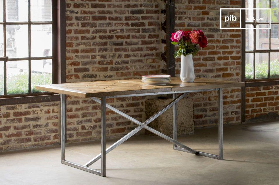 El tablero de la mesa Queens ha estado integralmente realizado con hojas de madera maciza