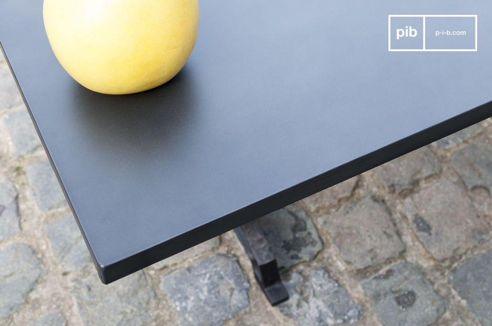 El panel está hecho de madera con una gruesa capa de acero clavado como superficie