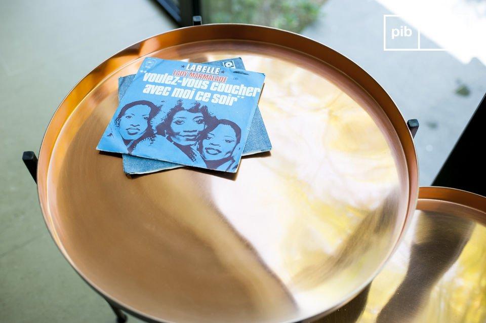 La mesa de dos piezas Lloyd hecha de metal lo dejara impresionado con su hermoso diseño