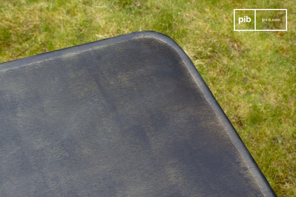 Mesa de metal plegable con acabados recuperados
