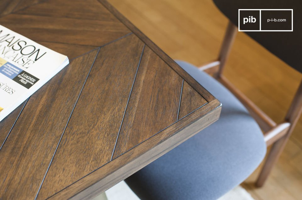 La mesa de madera Alienor es muy estable con los pies hechos de latón lacado