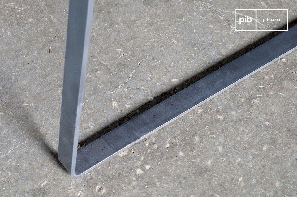 Con su base de acero biselado de una sola pieza