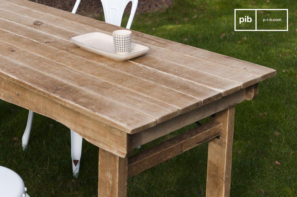 Una mesa de madera con un espíritu de casa de campo
