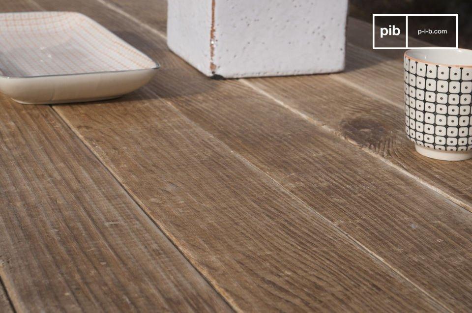 Opte por una mesa de madera con una superficie ligeramente cepillada y llena de encanto