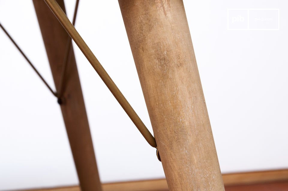La mesa de madera Jotün se puede integrar en una variedad de interiores
