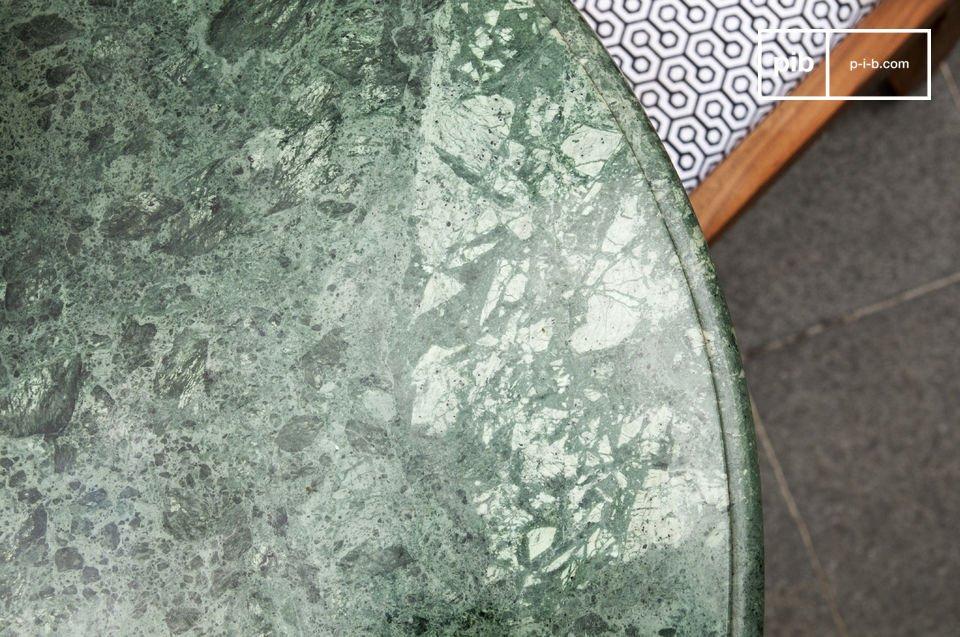 Una mesa de mármol al estilo nórdico