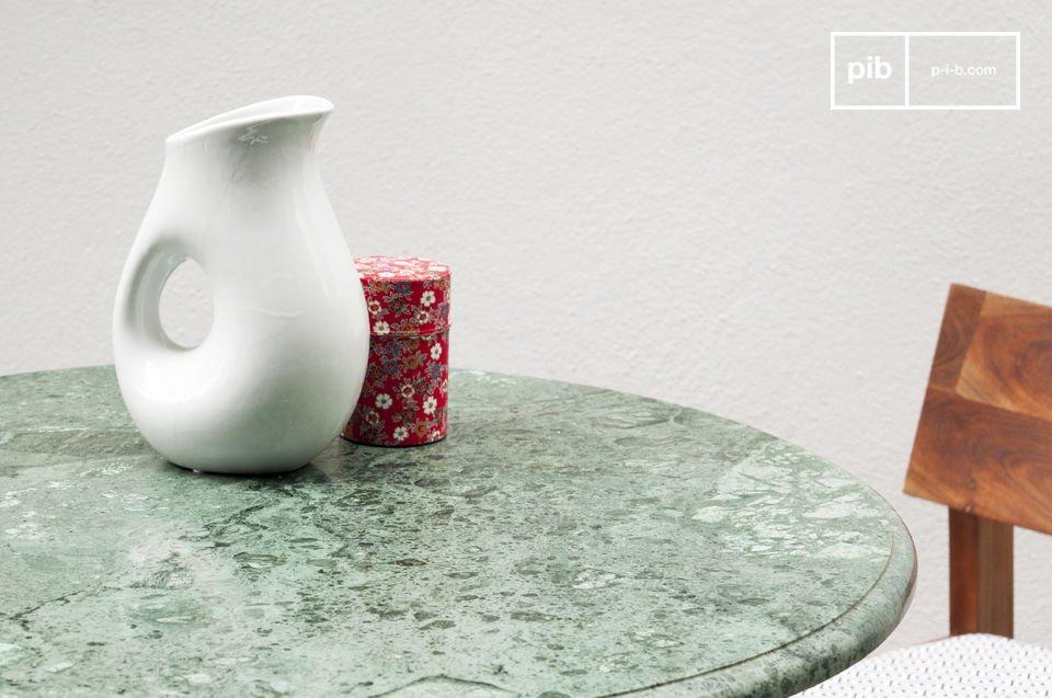 El tablero de la mesa se construya con un bello mármol venoso que tiene diferentes tonos de verde