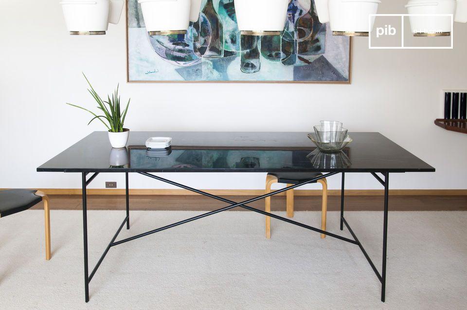 Una base minimalista de aluminio negro mate soporta la parte superior