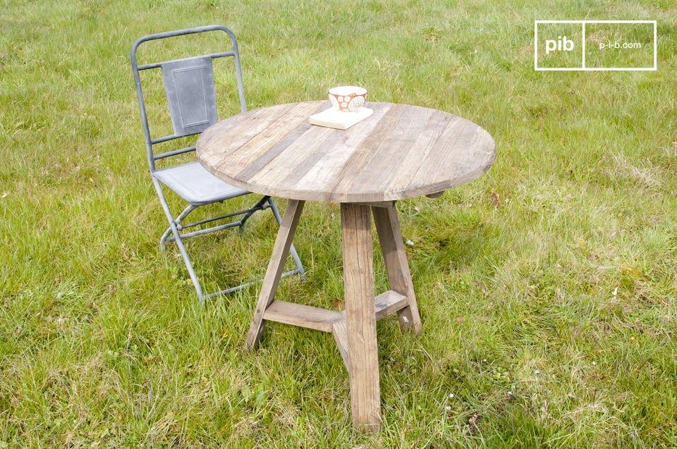 Esta mesa con dos solapas tiene el encanto de olmo recuperado y sus extensiones plegables la hacen