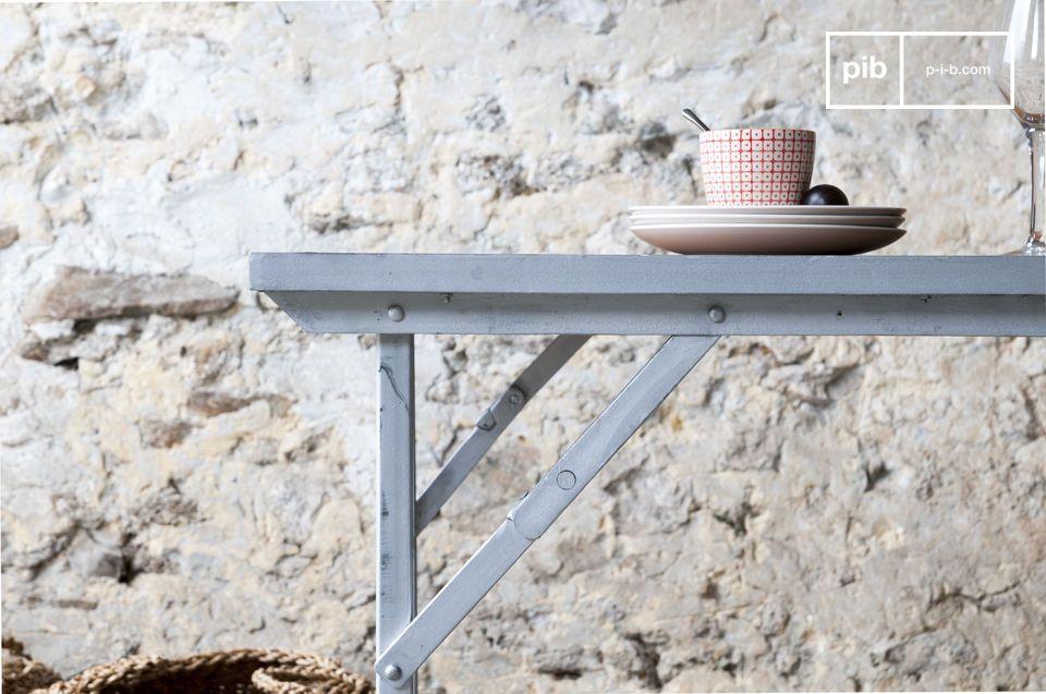 Una mesa de comedor o un escritorio con un toque industrial