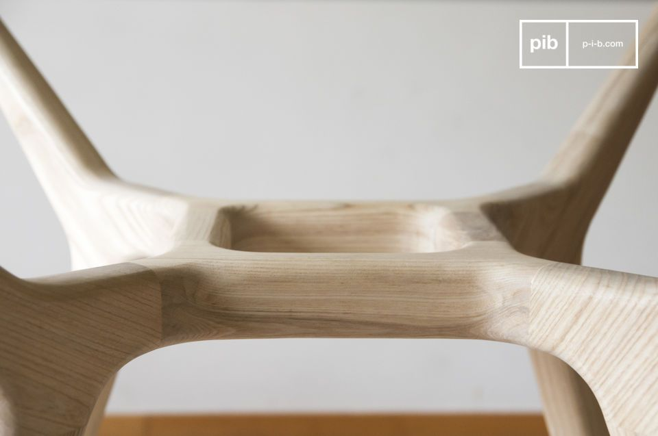 La base de madera ligera de fresno macizo