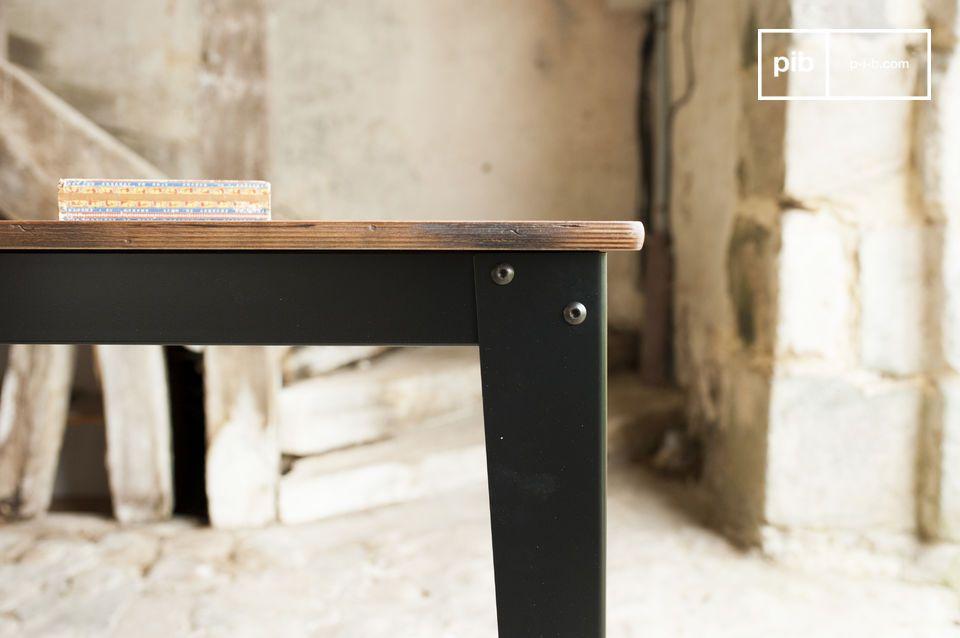El tablero de la mesa Doinel está hecho de madera de abedul patinado y barnizado