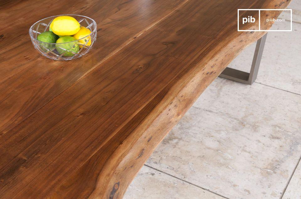 La mesa grande Avallan combina un marco de acero y angular con una tapa de madera barnizada sólida