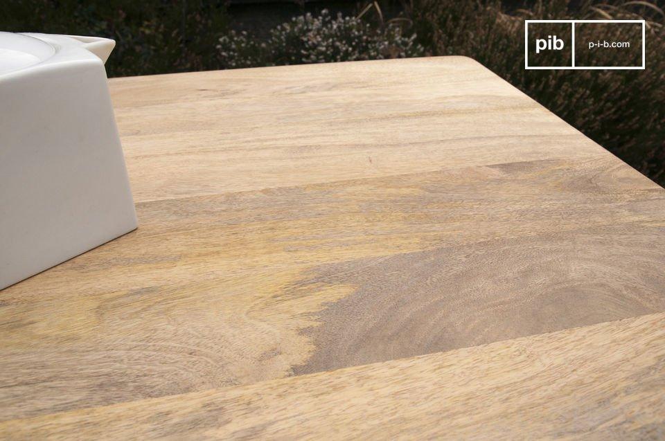 Con refuerzos de metal en la superficie de la mesa, la mesa Moka es un artículo muy sólido