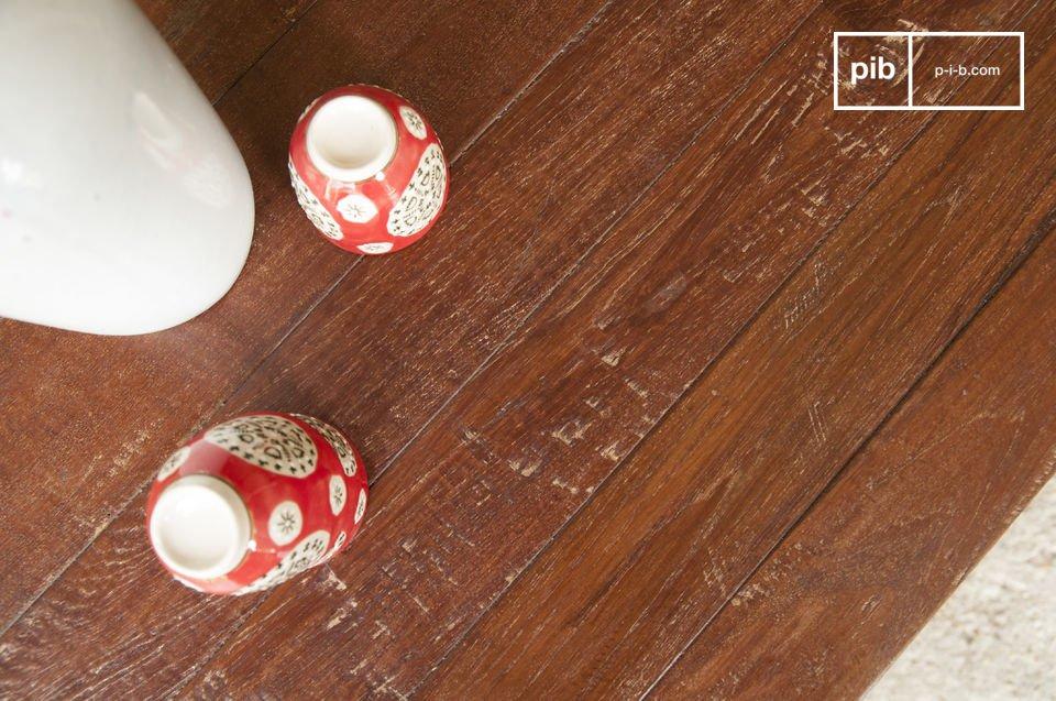La superficie de esta mesa está hecha completamente de teca barnizada