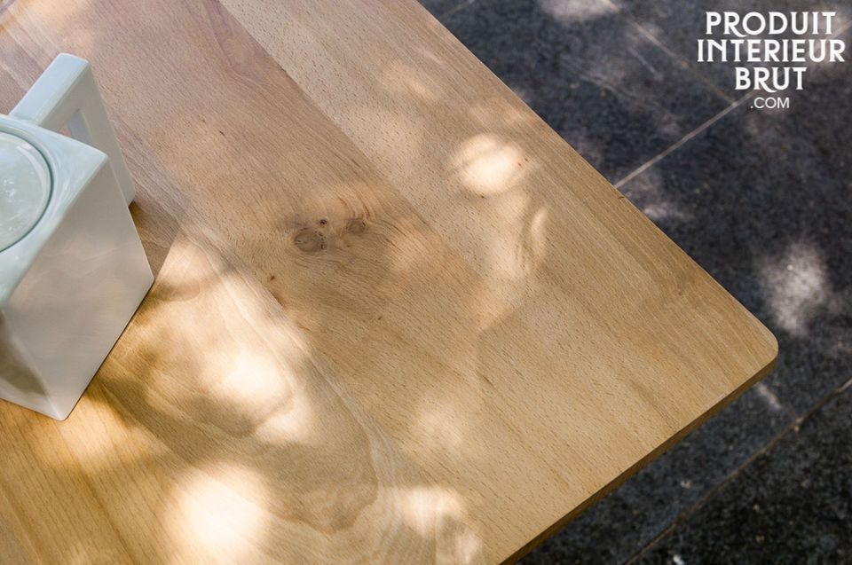 Gracias a sus refuerzos metálicos en la bandeja, esta mesa tiene una gran resistencia