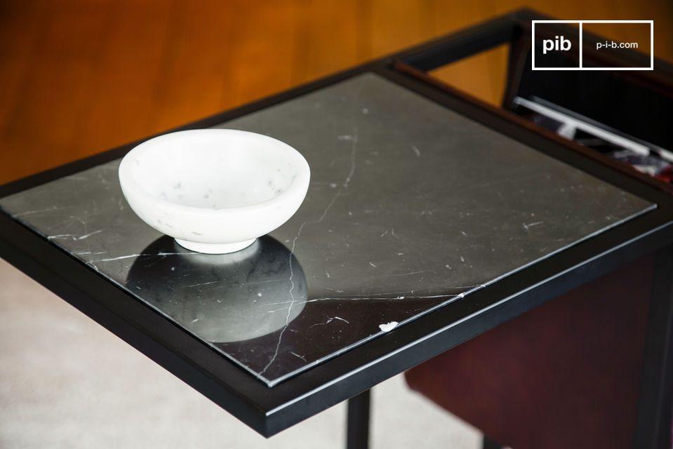 Un mueble de calidad que combina una encimera de mármol negro veteado y un precioso revistero