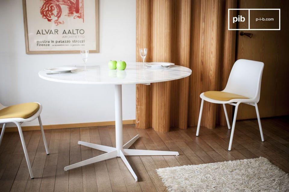 La blancura del mármol revelada con esta delicada mesa redonda