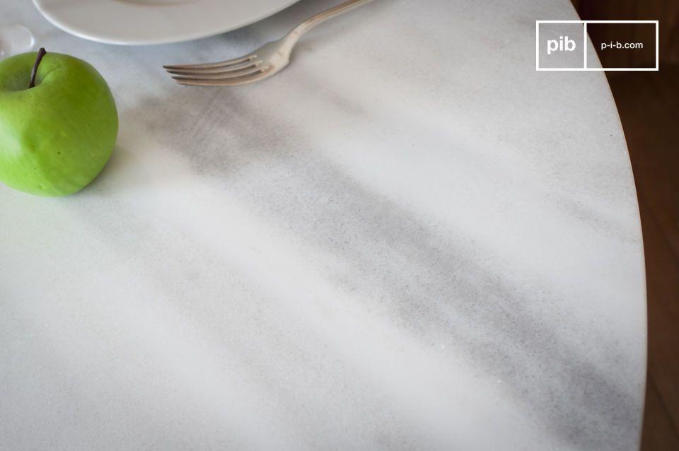 Las líneas suaves y ligeras hacen de la Mesa redonda de mármol blanco Lemvig un elemento