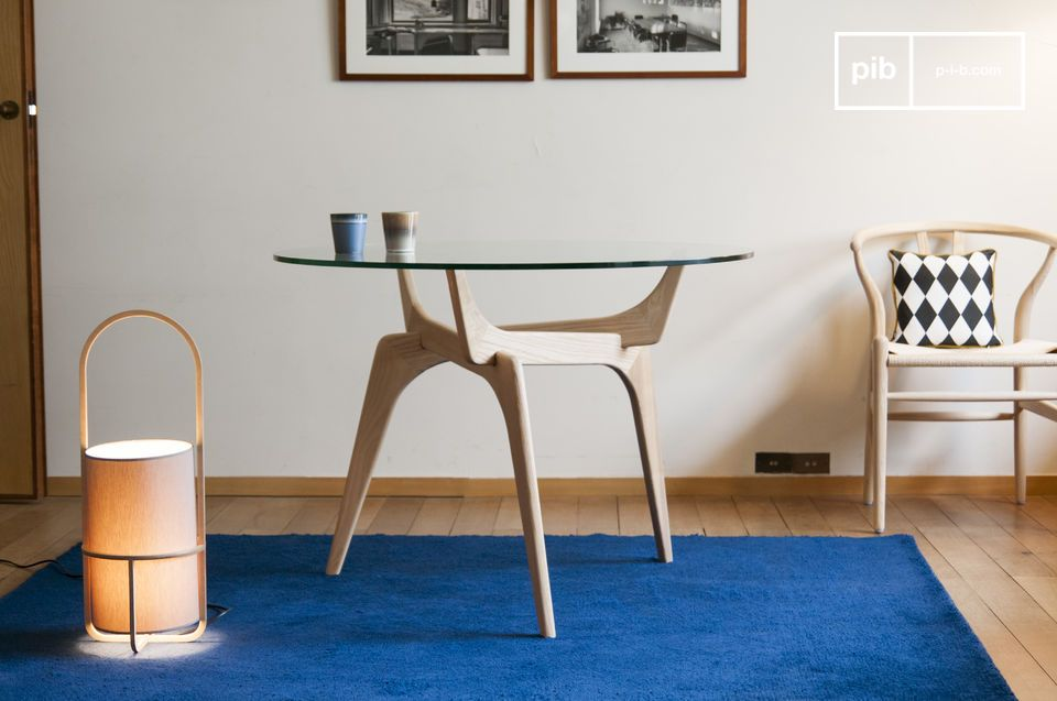 Las líneas retro de una mesa redonda artística que combina vidrio y madera