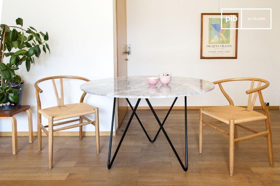 Una mesa redonda de mármol, a la vez encantadora y funcional