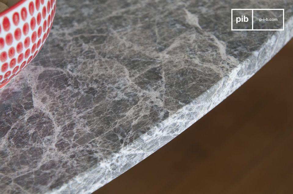 Robusto gracias a su parte superior de mármol y a su base metálica de una sola pieza