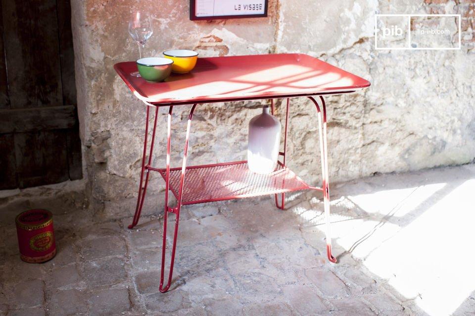 Una encantadora mesa vintage llena de color
