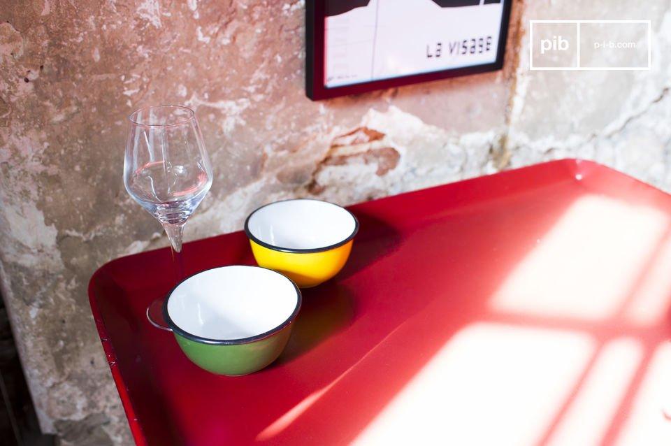 La mesa Scarlet es una pequeña pieza que no sólo es encantadora, también es muy práctica