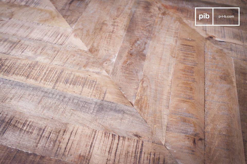 Combinando una base de metal finamente elaborada con una tapa de madera y un detallado trabajo de