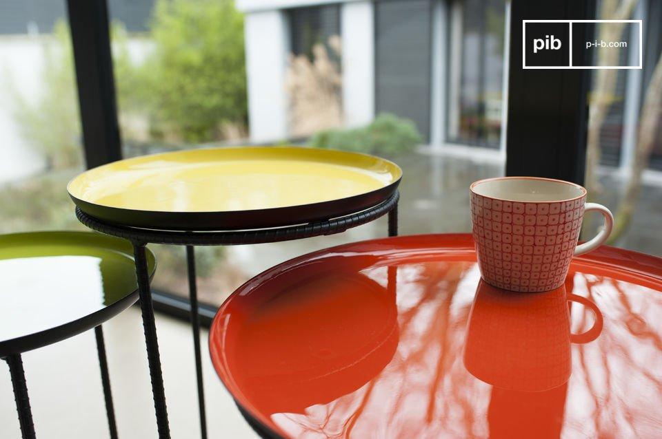 Conjunto de tres mesas hechas de metal con hermosos colores