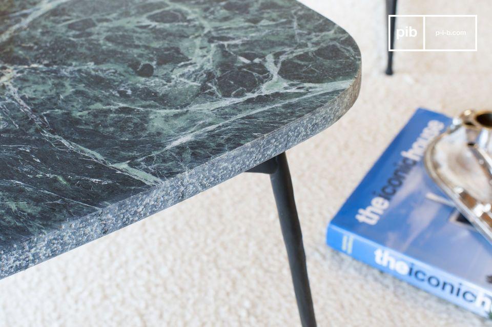 La parte superior de la mesa de trípode Maybury está hecha de mármol verde mate y nervado para un