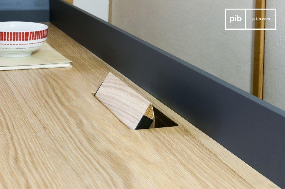 Las puertas de la TV se pueden abrir ampliamente y hay un acceso para cables en el centro de la