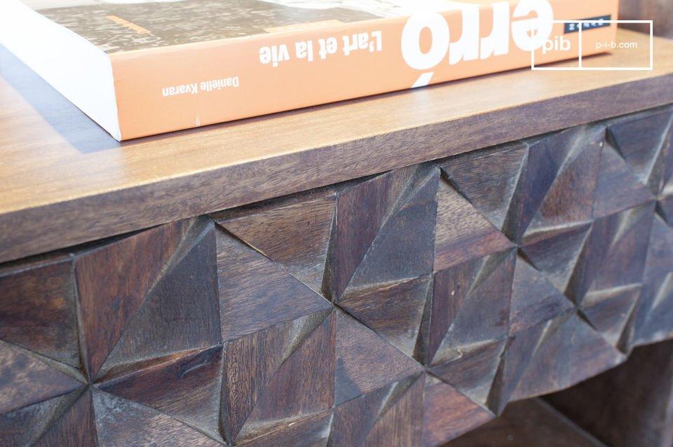 Las docenas de triángulos de madera montados a mano son inmediatamente visibles