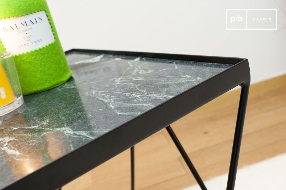 La parte superior cuadrada de la pequeña mesa Bumcello está hecha de mármol verde acanalado