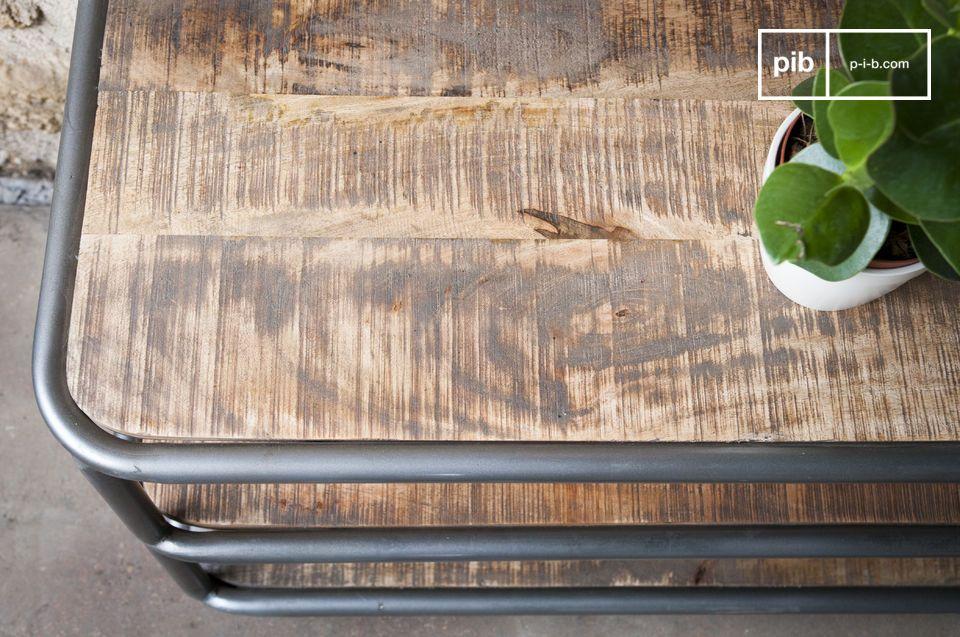 Para evitar manchas, la madera ha sido protegida con barniz transparente