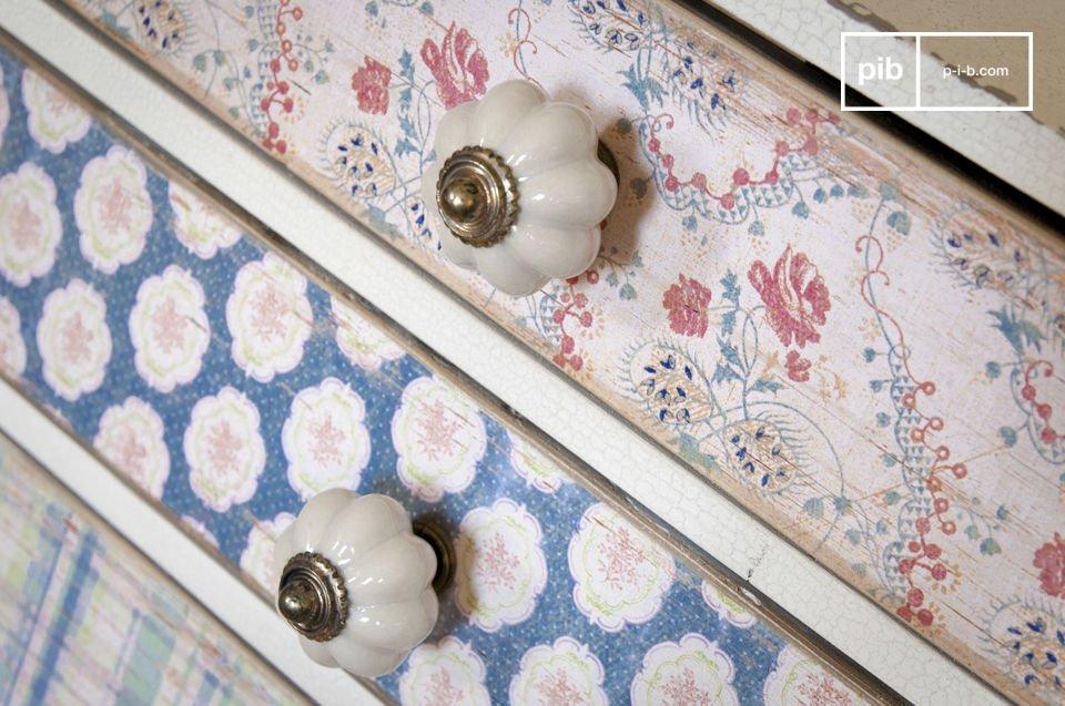 Las manijas son un pequeño botón de porcelana blanca con un detalle de latón que complementa los