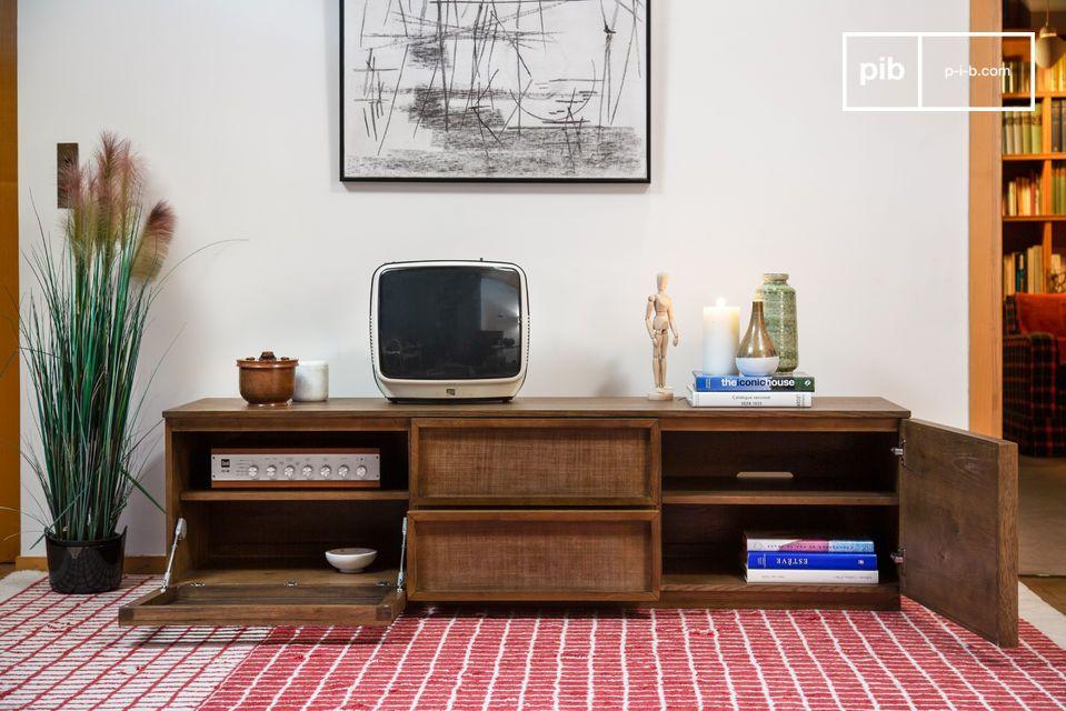Un gran armario para TV con puertas caladas