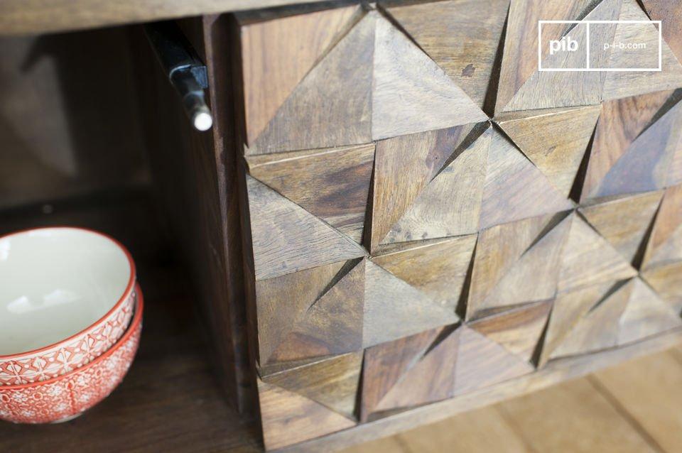 Con una fuerte combinación de madera oscura de la base y tres puertas con detalles geométricos