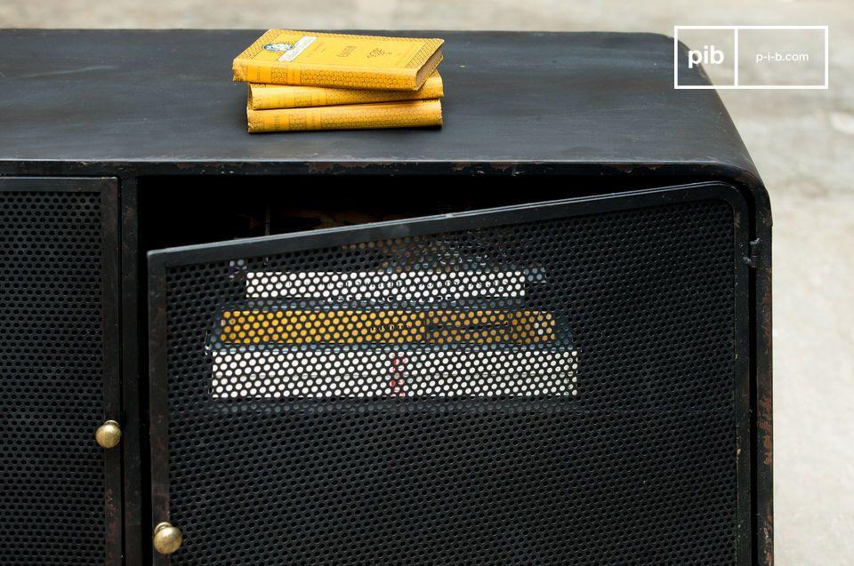 Un mueble TV vintage que combina dos estilos para lograr un resultado exitoso: por un lado una