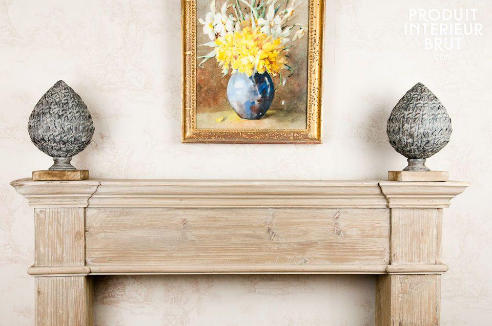 Continúe la tradición eligiendo este ornamento de metal montado sobre una base de madera