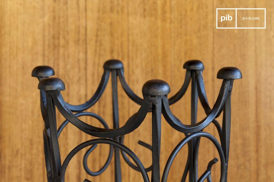Un paragüero de hierro forjado negro con acentos vintage: las líneas vintage de este paragüero de
