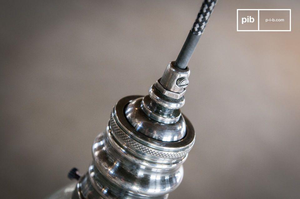 Fabricado en latón recubierto de un acabado en plata barnizada que se combina con su globo de