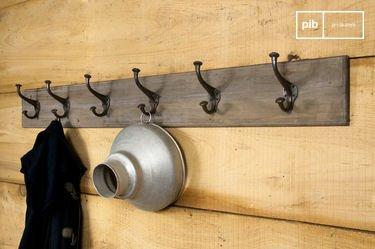 Perchero gigante de metal y madera