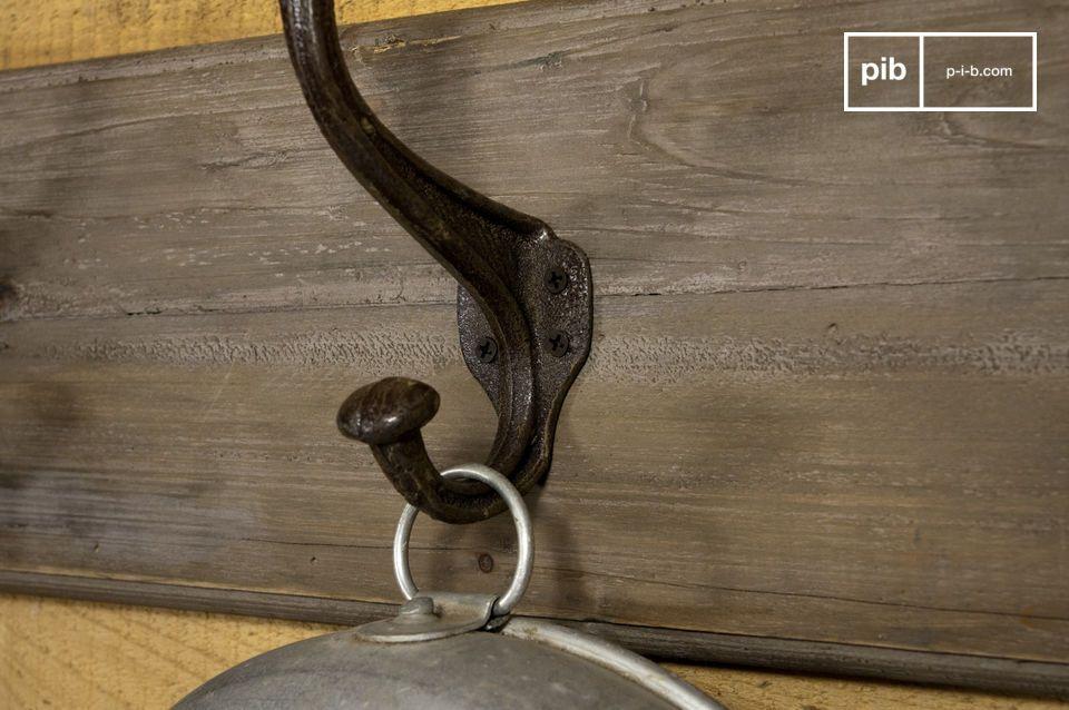 Este perchero con seis ganchos de acero le dará cabida a todos sus abrigos