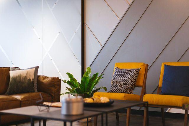 Salon con sillas amarillas