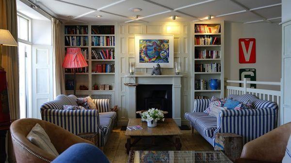 Salon con sofas azules