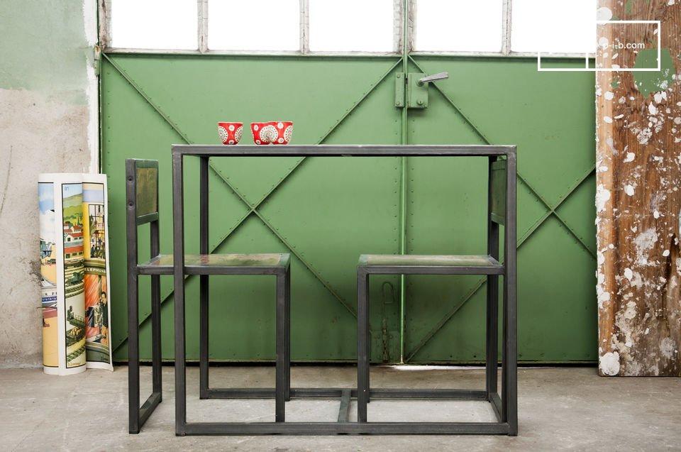 La combinación de la estructura metálica oscura y la madera antigua de teca reciclada y barnizada