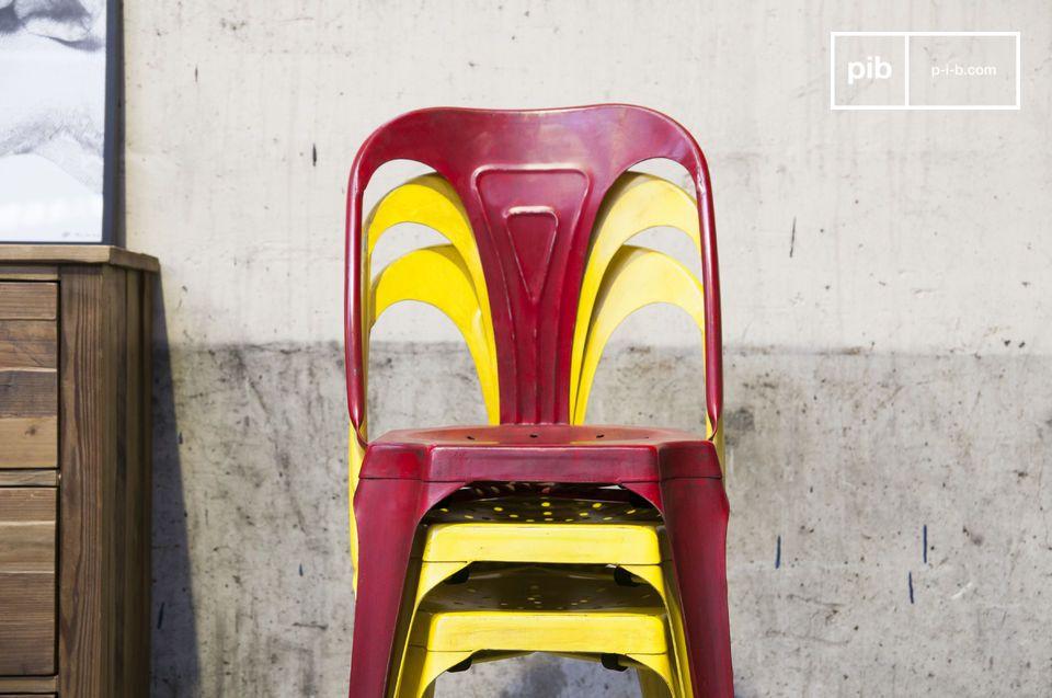 Hermosa silla amarilla con acabados mate