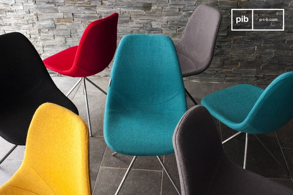Esta silla ofrece mucha comodidad gracias al tejido de lana y la carcasa del asiento de espuma