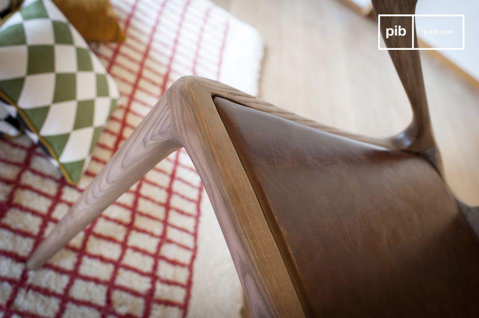Se admira el elaborado diseño de esta Silla Bentwood Kirsten de madera curvada